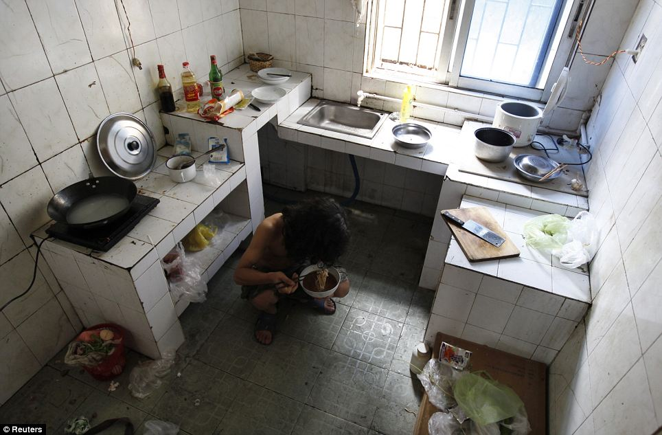 No-one becomes an artist to get rich... A painter eats noodles for lunch in the kitchen of a rental house, which also contains his art studio