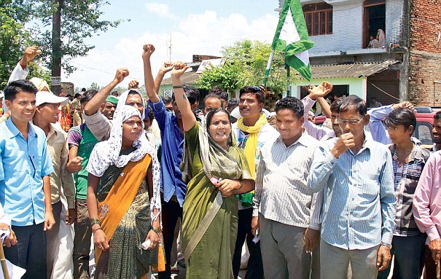 Protests took place outside the guesthouse where Rahul and Priyanka were conducting interviews