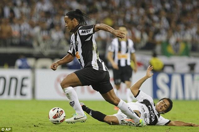 Flair: Ronaldinho beats Wilson Osmar Pittoni during an Atletico Mineiro attack