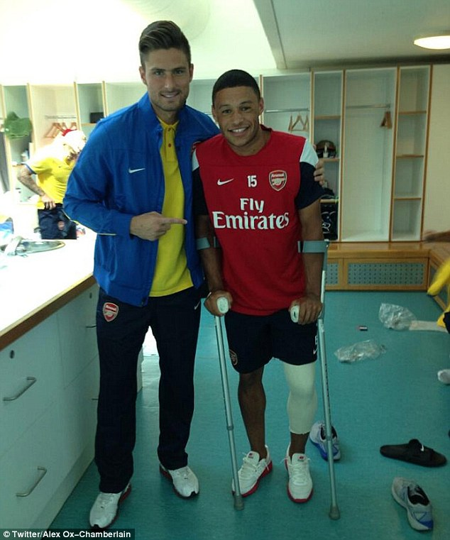 On the recovery: Oxlade-Chamberlain with crutches next to Olivier Giroud