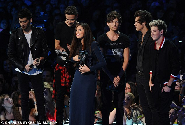 Talk about awkward! The One Direction boys looked mighty uncomfortable as Taylor's BFF, Selena, accepted her award for Best Pop Video, giving each of the bandmates - including Harry - a kiss as she took to the stage
