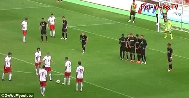 Genius: The six Rot-Weiss Essen players surround the ball
