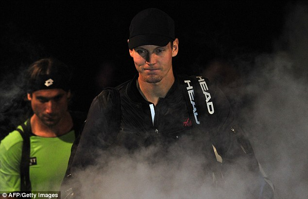 Czech Republic's Tomas Berdych (right) arrives on court to play against Spain's David Ferrer (left)