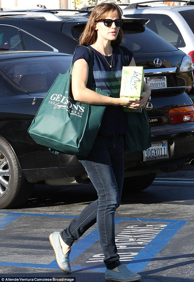 Environmentally friendly: The wife of Ben Affleck used a reusable bag for her groceries