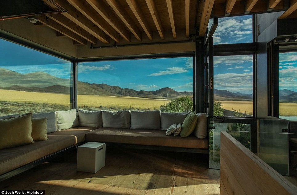 Current owner: Jan McFarland Cox, an artist and designer, first approached the architect Tom Kundig about building a house here in the high desert of southern Idaho, she did not know the project would consume nearly a decade of her life