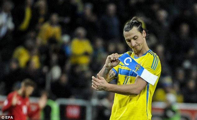Zlatan Ibrahimovic takes off the captain's armband