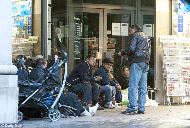 Homeless Romanians congregate on Park Lane in London: Around 800 people from Eastern Europe were arrested in the capital last month