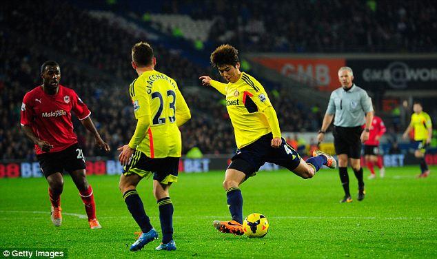Ki man: Sunderland midfielder Ki Sung-Yueng strikes an effort at goal but can't beat David Marshall