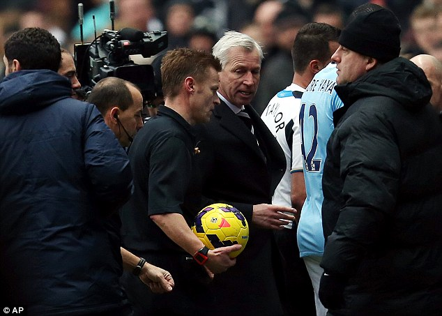 Strong words: Pardew confronts referee Mike Jones about Tiote's disallowed goal as both teams head down the St James' Park tunnel