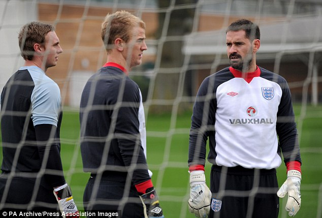 Goalkeeping union: Stokedale talks to Joe Hart and Scott Carson during England training