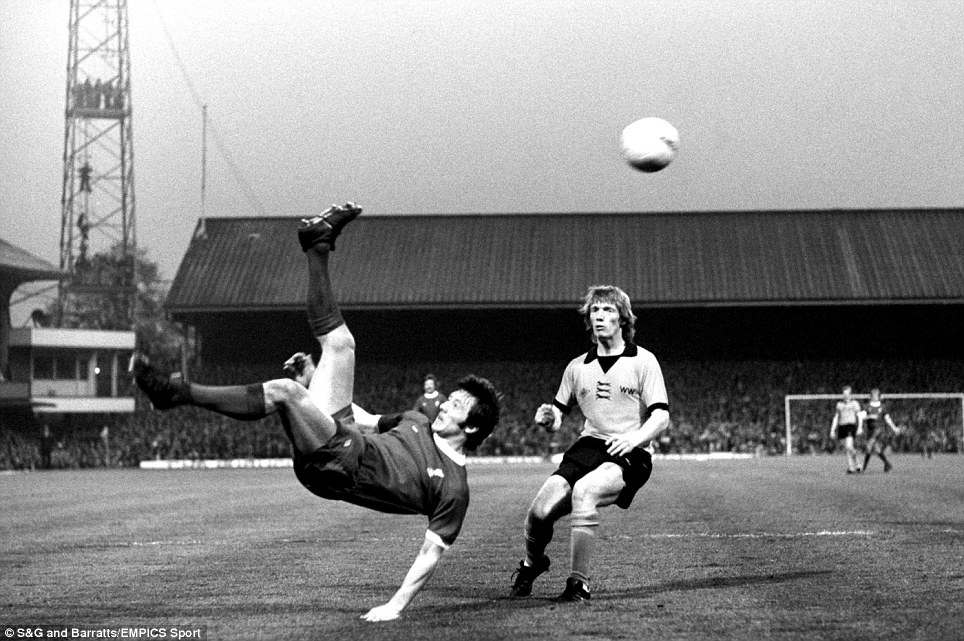 Liverpool's Jimmy Case (l) tries an overhead kick, watched by Wolverhampton Wanderers' Willie Carr (r)