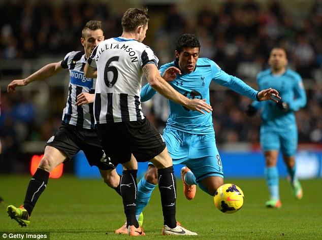 Boy rom Brazil: Tottenham midfielder Paulinho (R) tries to evade Newcastle defenders as the game gets underway