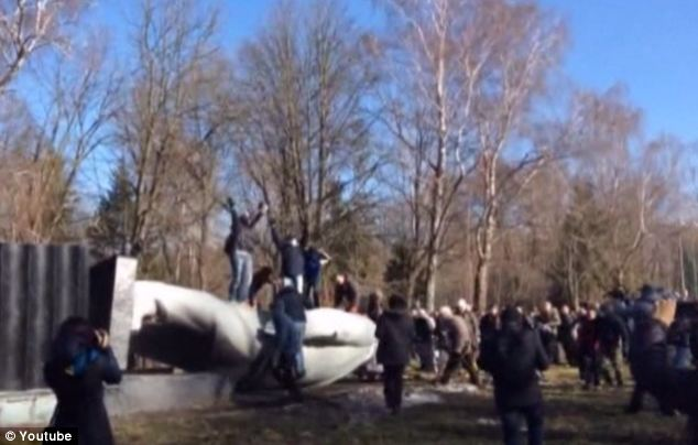 Symbolic act: Another Lenin statue goes down in Ukraine. So far, 100 are believed to have been toppled