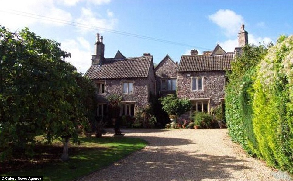 The Somerset house is situated in a cosy village that is only a short distance from Bristol, giving it the pleasures of the country with the convenience of being near the city