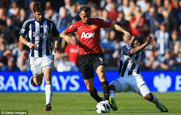 Tackle: Ryan Giggs (centre) takes on Claudio Yacob (left) and Youssuf Mulumbu