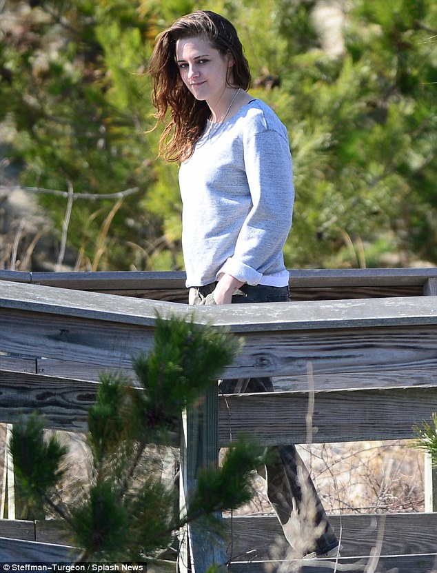 Stop the presses! The 23-year-old flashed a rare smile at onlookers after the cameras stopped rolling as she strolled along the boardwalk on the blustery morning