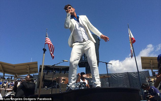 Blurred lines: Robin swapped his black outfit for a white three piece suit for his mini concert