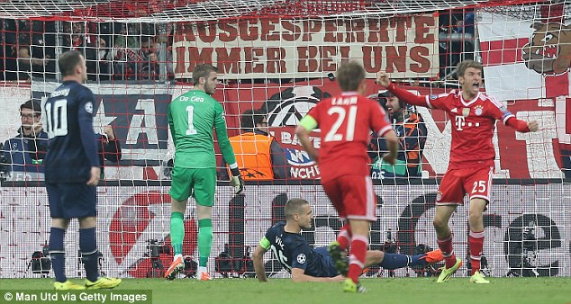 Another angle: United's players hopefully look over to the linesman as Muller roars