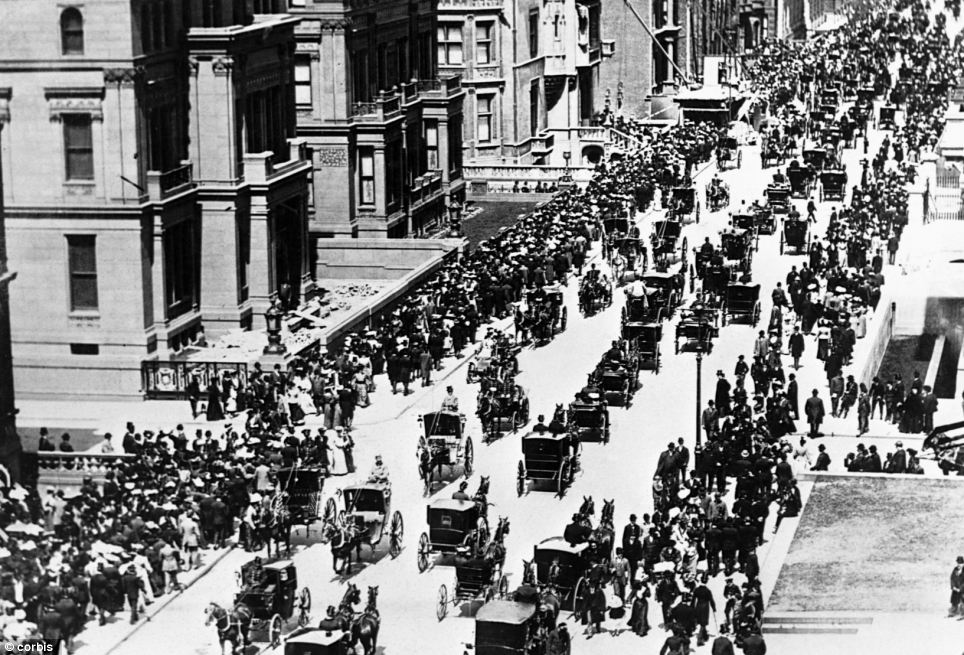 Change of scenery: Easter morning in 1900 in New York with horse-drawn traffic and two motor cars