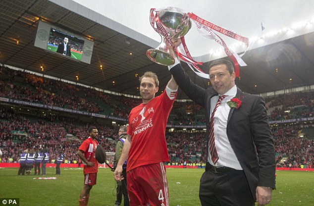 Silverware: Aberdeen captain Russell Anderson and manager Derek McInnes parade the Scottish League Cup