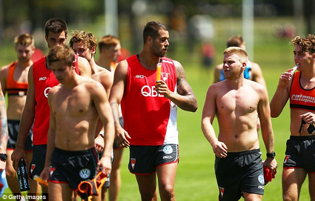 Lance Franklin (C) talks to Daniel Hannebery (R) during a Sydney Swans AFL training session at Lakeside Oval in December