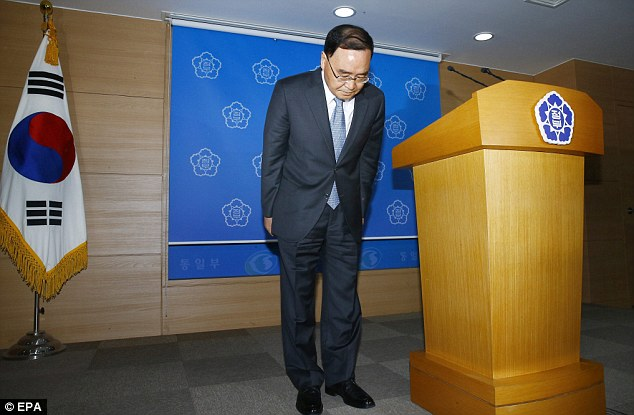 South Korean Prime Minister Chung Hong-won bows during of a press conference in Seoul yesterday where he announced his intent to resign over the Sewol ferry sinking