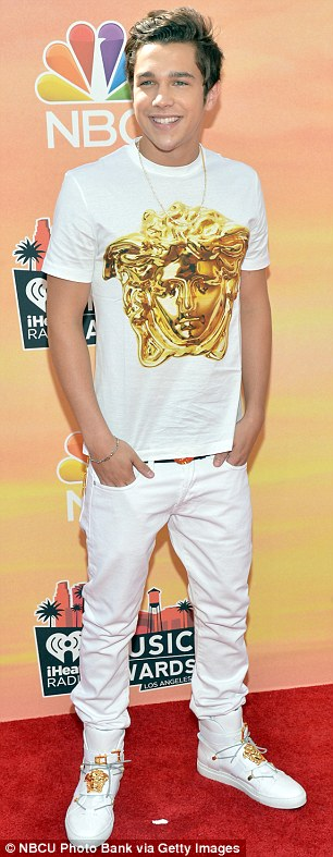 It'll be all white on the night! Austin Mahone turned the camera on his fans, capturing their excitement at his arrival as the 18-year-old pop star strutted down the red carpet in head-to-toe white and gold
