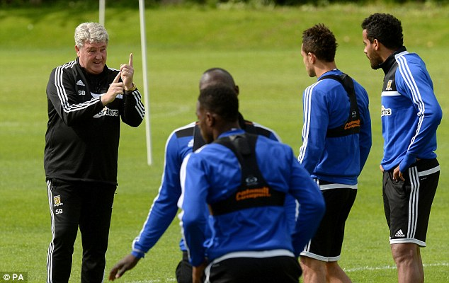 Wise words: Bruce speaks to his Hull players during training on Tuesday