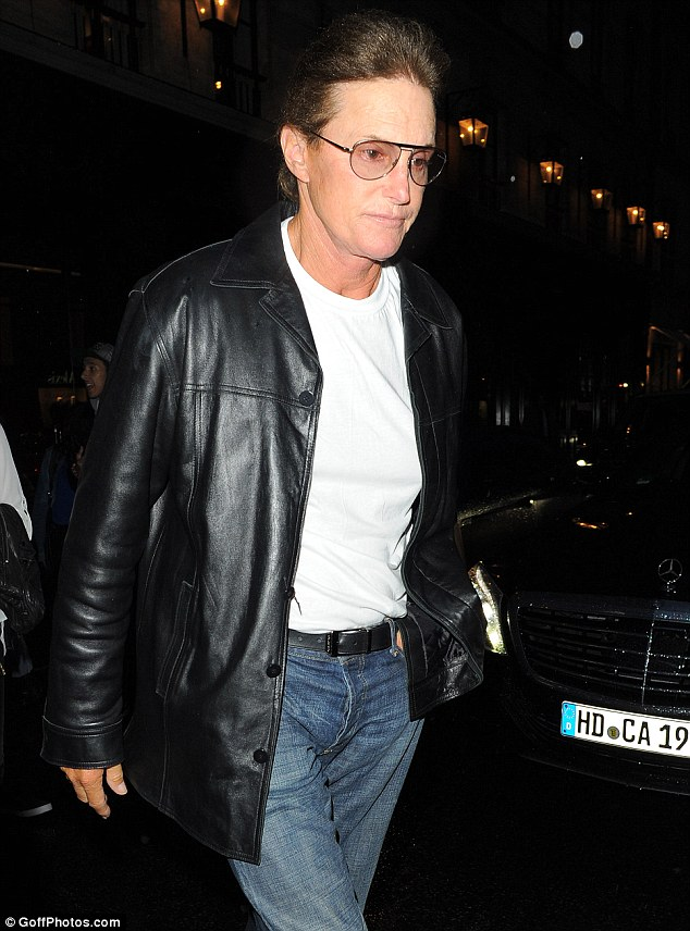 Brucey Bonus: Jenner had dressed VERY casual for the evening, while his estranged wife Kris was dressed up to the nines