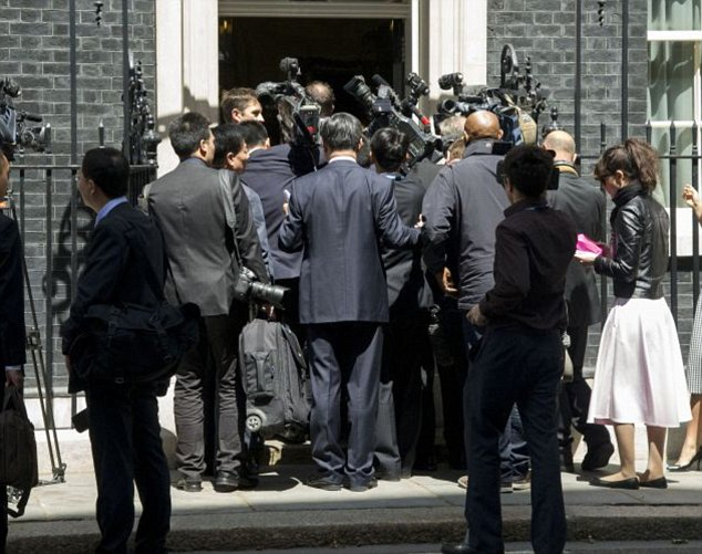 17/06/2014 Prime Minister David Cameron with the Chinese Premier Li Keqiang at 10 Downing Street The invited crowd to get inside