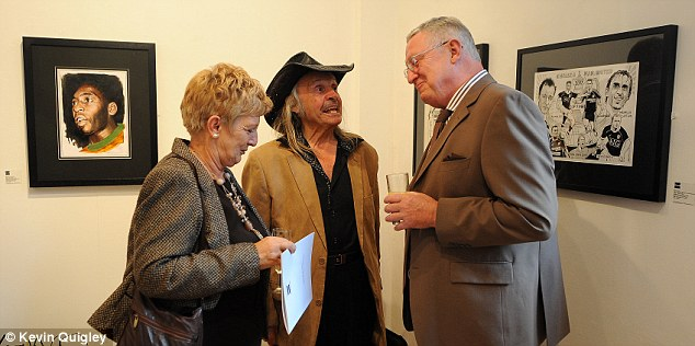 Listening to a genius: Sylvia and Peter Clayton share a word with Trevillion as the artist dispenses some words of wisdom