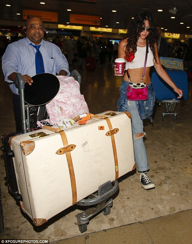 She doesn't travel light! After weeks in the USA, the star returns with an impressive loot