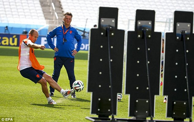 epa04273131 Dutch national soccer team head coach Louis van Gaal (R) watches Arjen Robben (L) during their team's training session at the Arena Corinthians in Sao Paulo, Brazil, 22 June 2014. The Netherlands will face Chile in the FIFA World Cup 2014 group B preliminary round match in Sao Paulo on 23 June 2014. (RESTRICTIONS APPLY: Editorial Use Only, not used in association with any commercial entity - Images must not be used in any form of alert service or push service of any kind including via mobile alert services, downloads to mobile devices or MMS messaging - Images must appear as still images and must not emulate match action video footage - No alteration is made to, and no text or image is superimposed over, any published image which: (a) intentionally obscures or removes a sponsor identification image; or (b) adds or overlays the commercial identification of any third party which is not officially associated with the FIFA World Cup)  EPA/DIEGO AZUBEL   EDITORIAL USE ONLY