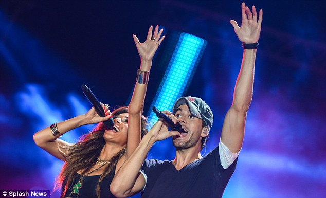 Reach for the stars! The pair threw their arms up in sync during the impromptu duet
