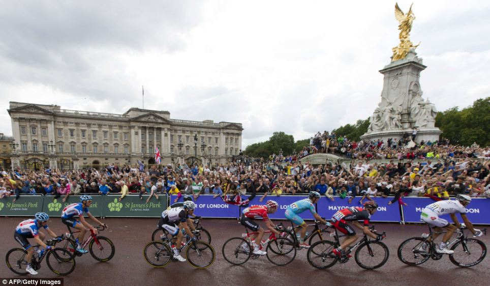 Palace: Hundreds of fans chose to watch today's race outside Buckingham Palace and on The Mall as the riders brought stage three to a close