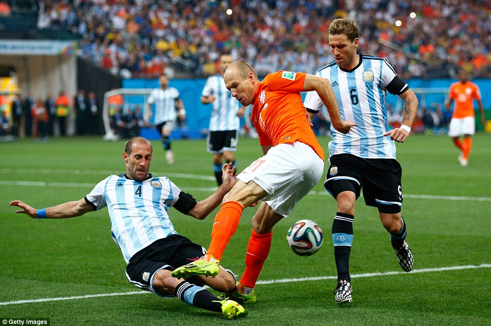 SAO PAULO, BRAZIL - JULY 09: Pablo Zabaleta of Argentina challenges Arjen Robben of the Netherlands during the 2014 FIFA World Cup Brazil Semi Final match between the Netherlands and Argentina at Arena de Sao Paulo on July 9, 2014 in Sao Paulo, Brazil.  (Photo by Clive Rose/Getty Images)