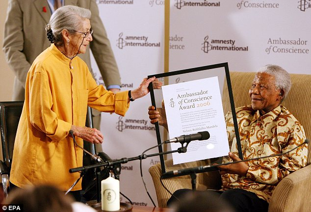 Nobel laureates: Gordimer presents former South African President and Nobel Peace Laureate Nelson Mandela with the Amnesty International Ambassador of Conscience Award in 2006