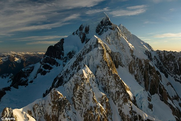 An Australai soldier has died on Aoraki Mount Cook in New Zealand which is 3754 metres high