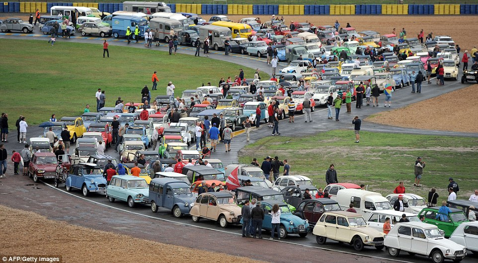 Créative Technologie: Citroen owners take part in a 2CV parade during the 'Euro Citro 2014', on the circuit of Le Mans, western France