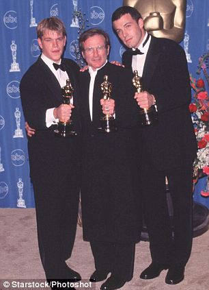 """Left to Right:  MATT DAMON, American Actor, Winner of Best Original Screenplay for Good Will Hunting""""; ROBIN WILLIAMS, American Actor and Comedian, Winner of Best Supporting Actor and BEN AFFLECK American Actor, Winner of Best Original Screenplay for Good Will Hunting"""". At the 70th Academy Awards in Los Angeles.  Bandphoto Agency Photo  B55 052181   23.03.1998"""