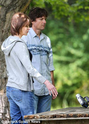 In character: Nicole wore baggy blue jeans, a black V-neck and a grey hoodie, while Jason looked fairly unsightly in pair of washed out jeans and a similarly coloured short-sleeved shirt