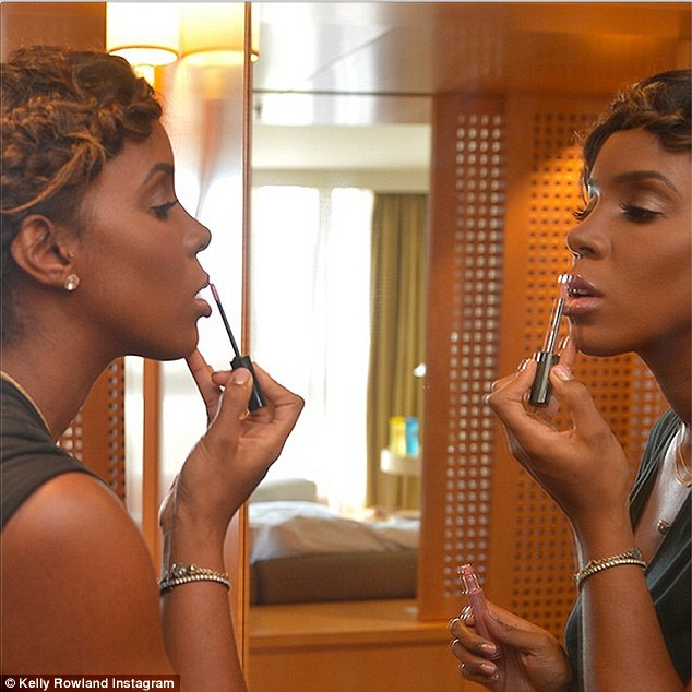 'It's almost time'! Kelly, 33, shared a behind-the-scene picture while getting ready for big event