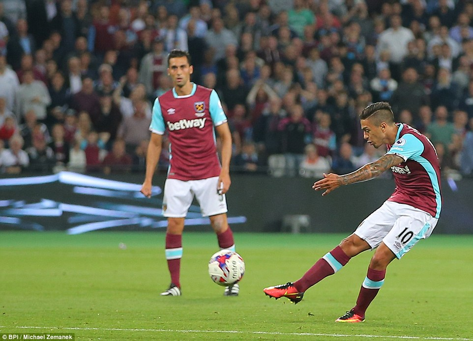 The arrival of Payet at half-time was accompanied by Manuel Lanzini, here the Argentinian fires at the Stanley goal