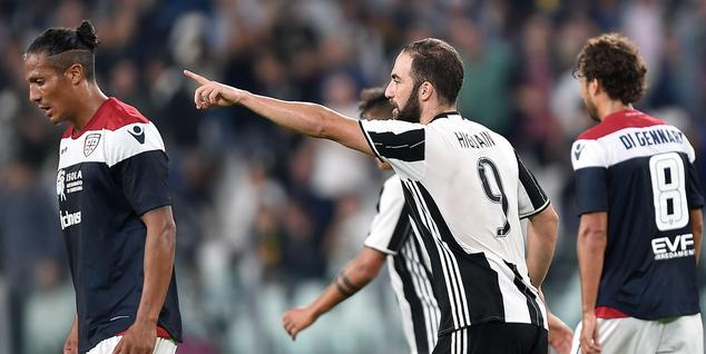 Juventus' Argentinian forward Gonzalo Higuain celebrates after scoring a goal during the Serie A soccer match between Juventus and Cagliari at the Juventus S...