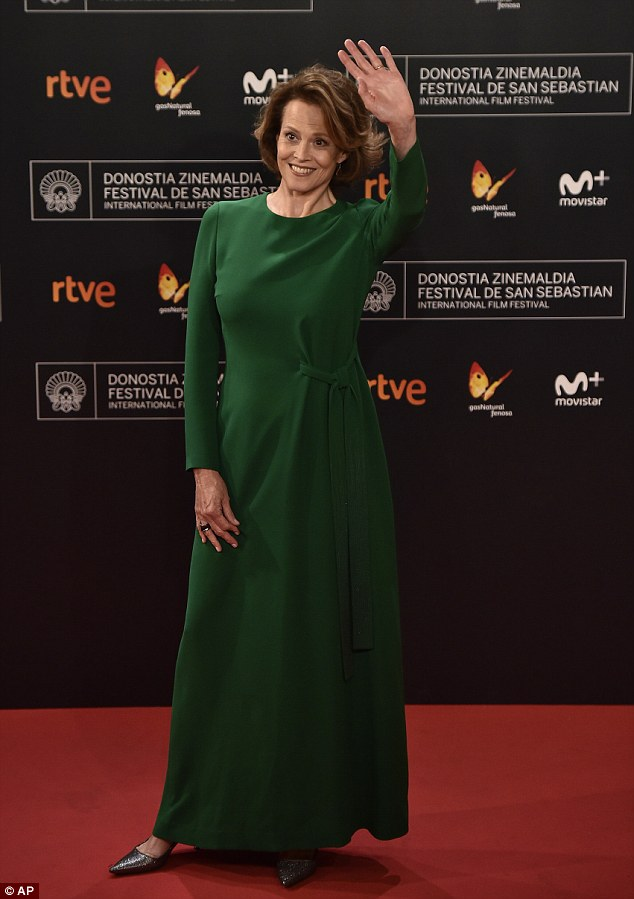 What an entrance! On Wednesday evening actress Sigourney Weaver accepted the Donostia Award for lifetime achievement at the prestigious San Sebastian Film Festival in Spain