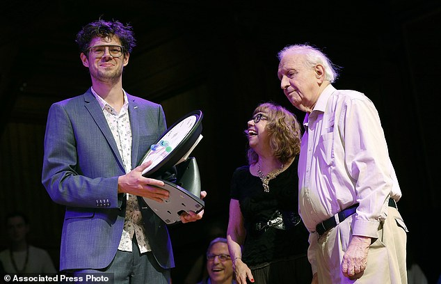 Bruno Verschuere, from the University of Amsterdam in the Netherlands, accepts the Ig Nobel award in psychology from Nobel laureate Roy Glauber (physics, 2005), right, during ceremonies at Harvard University Verschuere's team won for their research on lying