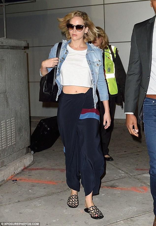 Jennifer Lawrence Breezes Through Jfk Airport As She Gears